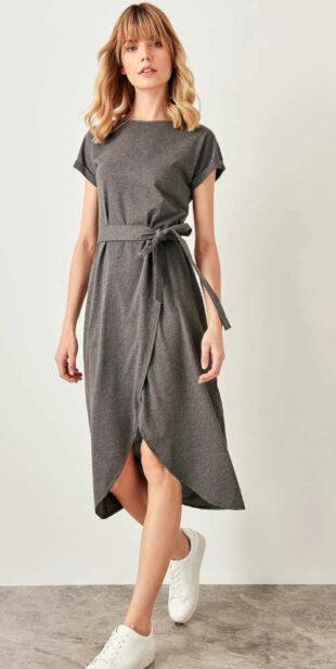 Női modern ruha, övvel, nyitott réssel