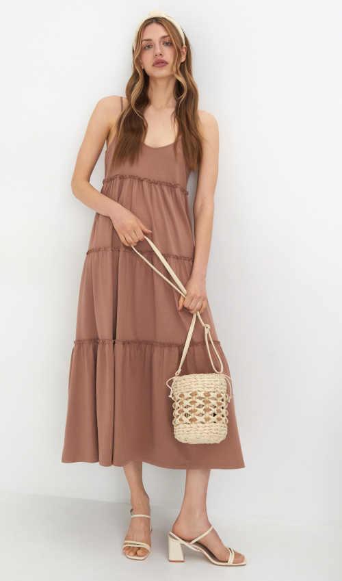 Modern női maxiruha bézs színben vékony pántokkal