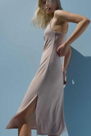 Szexi midi hosszúságú ruha keskeny pántokkal bézs színben