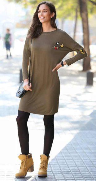 Rövid ruha hosszú ujjakkal és applikációkkal khaki színben