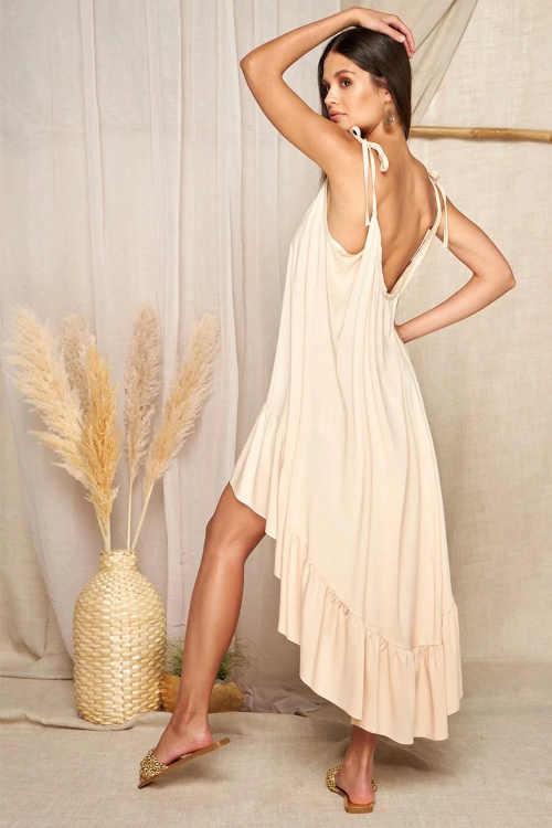 Bézs színű ruha kifinomult szabásban, fodros szegéllyel befejezve